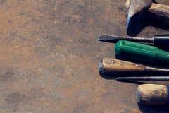 De lijst van het werkbankmetaal met oude hulpmiddelen stock foto