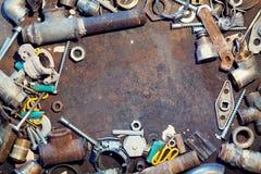 De lijst van het werkbankmetaal met oude watervoorzieningsdelen royalty-vrije stock afbeelding