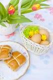 De lijst van Pasen, mand, eieren en hete dwarsbroodjes Stock Afbeelding