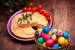 De Lijst van Pasen met Gevulde Pastei en Eieren royalty-vrije stock afbeelding