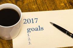 de lijst van 2017 van doelstellingen op papier, een houten lijst met een Kop van koffie Stock Afbeelding