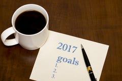 de lijst van 2017 van doelstellingen op papier, een houten lijst met een Kop van koffie Royalty-vrije Stock Foto