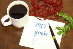 de lijst van 2017 van doelstellingen op papier, een houten lijst met een Kop van koffie Royalty-vrije Stock Afbeelding