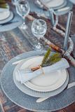 De lijst vastgestelde dienst met tafelzilver en glas stemware royalty-vrije stock foto