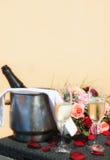 De lijstbuitenkant plaatste romantically met champagnefles op ijs en volledige champagnefluiten Stock Foto