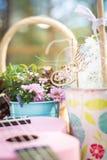 De lijstdecoratie van de picknickpartij: de manden met vruchten op een houten lijst, bloemen, doorboren klein gitaar en vuurrad royalty-vrije stock afbeelding