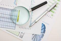De lijsten en de documenten van grafieken stock foto's
