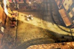 De Lijsten en de stoelen van stoepbistro gebaad in een Schuine streep van Warm Zonsonderganglicht Royalty-vrije Stock Afbeelding
