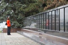 De lijsten van de vrouwenlezing van de dode helden in WO.II stock fotografie