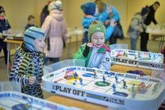 De lijsthockey van het jonge geitjesspel royalty-vrije stock foto