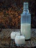De likeur Baileys van de Irish coffeeroom in glas en botle op houten achtergrond stock foto's
