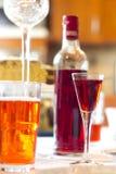 De likeurschot en fles van de kers Stock Fotografie
