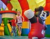 De lilla barnen på en trampolin Royaltyfria Foton