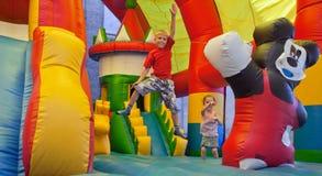 De lilla barnen på en trampolin Royaltyfria Bilder