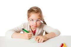 De lilla skola-flicka attraktionerna på vit papper Arkivfoto