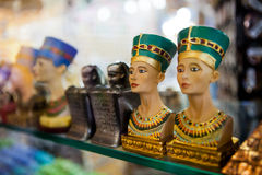 De lilla statyettsouvenirna på hyllan i Egypten Arkivbild