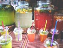 De limonade met munt en de citroenen plaatsen in plastic glas met het voedsel van de strostraat uit elkaar Royalty-vrije Stock Foto