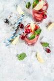 De limonade of mojito van de kersenkola stock afbeeldingen