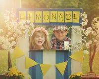 De Limonade van ondernemersbusiness kids selling bij Tribune Royalty-vrije Stock Afbeeldingen