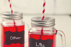 De limonadedranken van de jonge geitjespartij in metselaarkruiken Stock Foto's