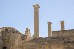 De Lindosakropolis versterkte citadel tijdens de zomer toeristisch seizoen, archeologieruïnes, blauwe hemel royalty-vrije stock fotografie
