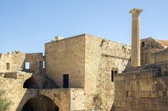 De Lindosakropolis versterkte citadel tijdens de zomer toeristisch seizoen, archeologieruïnes, blauwe hemel royalty-vrije stock afbeeldingen
