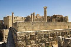 De Lindosakropolis versterkte citadel tijdens de zomer toeristisch seizoen, archeologieruïnes, blauwe hemel royalty-vrije stock foto