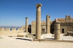 De Lindosakropolis versterkte citadel tijdens de zomer toeristisch seizoen, archeologieruïnes, blauwe hemel stock foto's