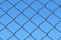 De link van de ketting omheining met blauwe hemel Stock Afbeeldingen