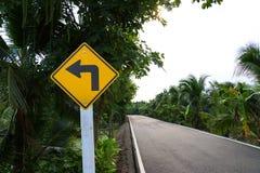 De linkerweg van het draaiasfalt Stock Foto's