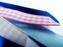 De lintsteekproeven sluiten omhoog roze en blauw stock afbeeldingen