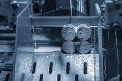 De lintzaagsnijmachine die de metaalschacht snijden royalty-vrije stock fotografie