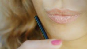 De lippen van een jonge sensuele vrouw die een cocktail van de buis, het glimlachen drinken stock videobeelden