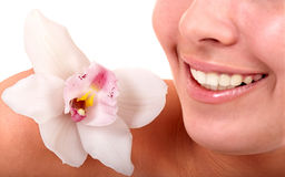 De lippen van het meisje en orchideebloem. De salon van het kuuroord. Stock Foto's