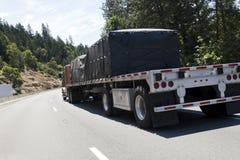De lit plat camion semi avec du fret Photographie stock libre de droits