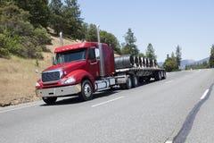 De lit plat camion semi transportant la cargaison de fil Images stock