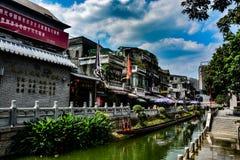 De litchibaai in Guangzhou, Chinaunder verwijdt hemel in Lycheebaai van Guangzhou China, water die onder een kleine brug stromen stock fotografie