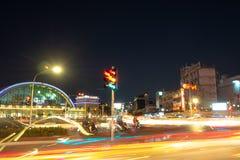 De ljusa slingorna av bilen på genomskärningen fotografering för bildbyråer