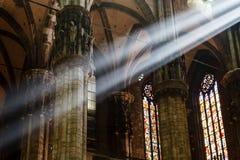 De ljusa strålar av den ljusa inre Milan domkyrkan Arkivfoto