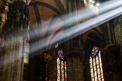De ljusa strålar av den ljusa inre Milan domkyrkan Arkivbild