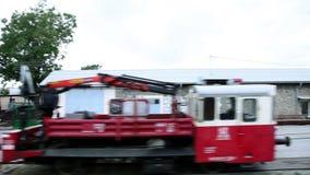 de locomotief die zich onderaan de spoorweg bewegen stock video