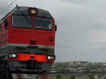 De locomotief trekt een lange trein Stock Foto's