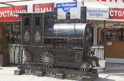 De locomotief van de beeldhouwwerkstoom op de straatoverwinningen in Lazarevsky, Sotchi Royalty-vrije Stock Foto's