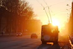 De locomotief van de trolleybus aan de straat Stock Foto's