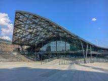 ` de Lodz Fabryczna do ` da estação de trem, Lodz, Polônia Estação de trem bonita moderna, futurista foto de stock