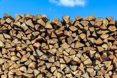 De logboeken van hout stapelden zich samen in timmerhout-molen op Stock Foto