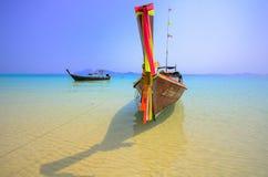De lokale boot in zuiden van Thailand geroepen lange staartboot in het mooie glasheldere zeewater met blauwe hemel Stock Afbeelding