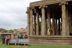 De lokale dames verzamelen zich bij één tempel in Hampi royalty-vrije stock foto's