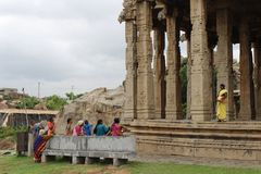 De lokale dames verzamelen zich bij één tempel in Hampi royalty-vrije stock foto