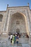 De lokale Indische toeristen bezoeken Taj Mahal. Royalty-vrije Stock Foto's